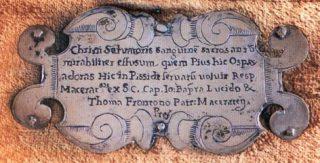 """Targa d'argento collocata sulla parte anteriore della custodia fatta costruire dal Municipio di Macerata nel 1648, nella quale veniva racchiusa l'urnetta contenente """"Il Corporale del Miracolo"""""""